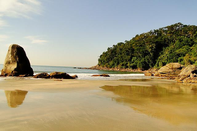 Conheça as praias isoladas do Guarujá